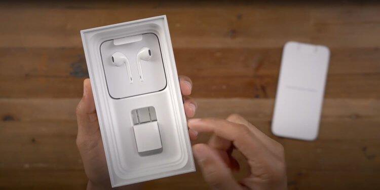 Apple все же будет продавать iPhone с зарядкой. Но не в России