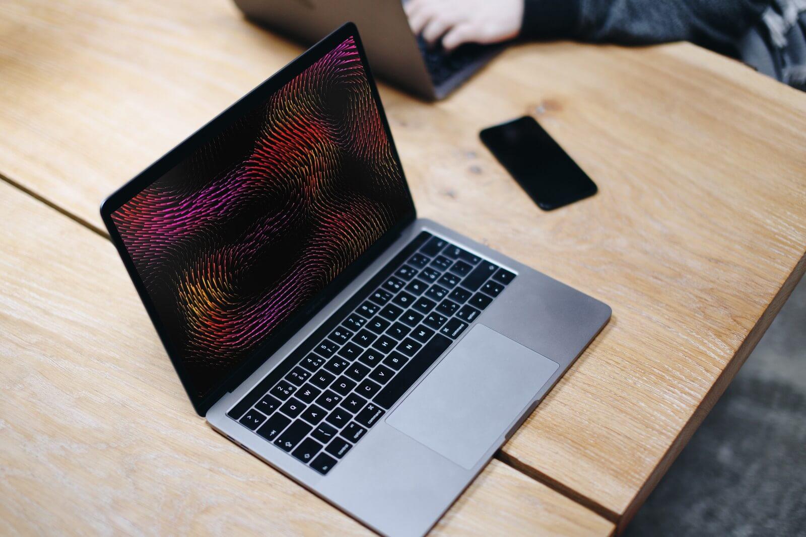 Пользователи Mac на M1 жалуются на произвольное включение заставки компьютера